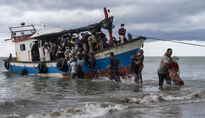 Χωρικοί αψηφούν τις απαγορεύσεις του κορονοϊού για να σώσουν πρόσφυγες στην Ατσέ Ινδονησίας