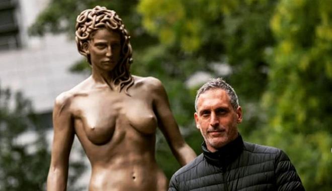 """Το γλυπτό """"Medusa With The Head of Perseus"""", που δημιουργήθηκε από τον Αργεντινό καλλιτέχνη Luciano Garbati."""