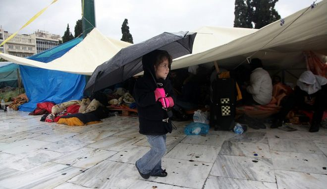 Λύση στο θέμα των Σύριων προσφύγων στην πλατεία Συντάγματος μετά από διαδοχικές συναντήσεις που είχε το μεσημέρι της Παρασκευής 12 Δεκεμβρίου 2014, η αντιπροσωπεία των σύριων προσφύγων με τον γενικό γραμματέα του υπουργείου Εσωτερικών, Άγγελο Συρίγο, και τον δήμαρχο Αθηναίων, Γιώργο Καμίνη. Οι σύριοι πρόσφυγες κατέθεσαν στον κ. Συρίγο κατάλογο με 603 ονόματα για παραχώρηση ασύλου, ενώ συμφώνησαν με τον κ. Καμίνη στη μεταφορά 40 ατόμων -με προτεραιότητα τα γυναικόπαιδα- σε κέντρα φιλοξενίας του Δήμου Αθηανιών και άλλων δήμων της Αττικής. (EUROKINISSI/ΓΕΩΡΓΙΑ ΠΑΝΑΓΟΠΟΥΛΟΥ) (EUROKINISSI/ΓΕΩΡΓΙΑ ΠΑΝΑΓΟΠΟΥΛΟΥ)