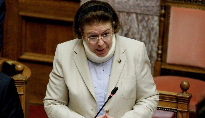 Η Λίνα Μενδώνη στη Βουλή με κολάρο