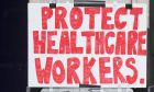 """Βρετανία: Πινακίδα που γράφει """"Προστατεύστε τους εργαζομένους στον τομέα της υγείας"""""""