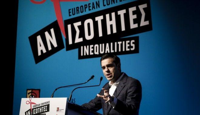 """Ο πρωθυπουργός, Αλέξης Τσίπρας, το Σάββατο, στην ομιλία του στο πλαίσιο του Ευρωπαϊκού Συνεδρίου για τις Ανισότητες, που διοργάνωσε το Ινστιτούτο """"Ν. Πουλαντζάς"""", στο Μέγαρο Μουσικής Αθηνών, το Σάββατο 25 Νοεμβρίου 2017. (EUROKINISSI/ΓΙΩΡΓΟΣ ΚΟΝΤΑΡΙΝΗΣ)"""