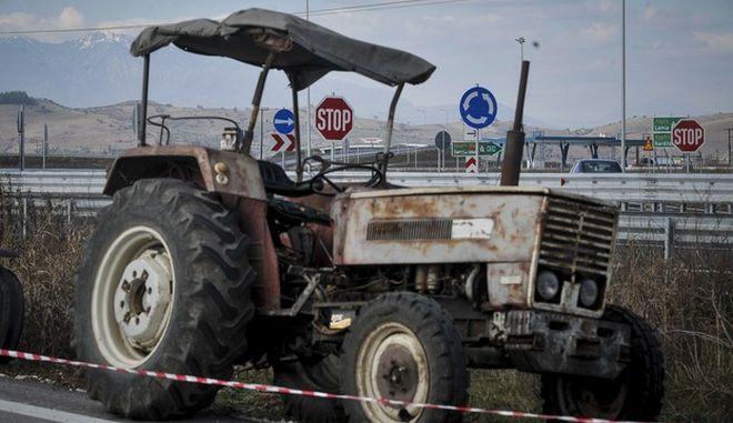 """Αγρότες μέλη της Ομοσπονδίας Αγροτικών Συλλόγων Ν. Τρικάλων """"Η Άνοιξη"""" παρατάσσουν τρακτέρ και αγροτικά μηχανήματα στην είσοδο του Ε-65 (αυτοκινητόδρομος κεντρικής Ελλάδος) την Τετάρτη 24 Ιανουαρίου 2018. Σχετικά με αιτήματά τους, οι αγρότες επικεντρώνονται στις φορολογικές επιβαρύνσεις, στις τιμές των αγροτικών προϊόντων τους, στο κόστος παραγωγής, στις τιμές του αγροτικού πετρελαίου, αλλά και στις ασφαλιστικές εισφορές στον ΕΦΚΑ.  (EUROKINISSI/ΘΑΝΑΣΗΣ ΚΑΛΛΙΑΡΑΣ)"""