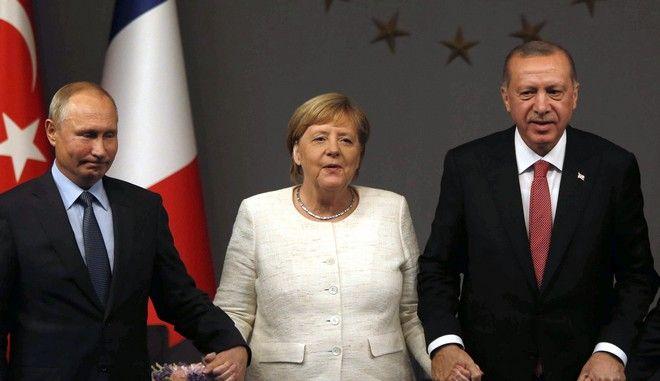 Οι Βλαντίμιρ Πούτιν, Άνγκελα Μέρκελ και Ρετζέπ Ταγίπ Ερντογάν σε συνάντησή τους τον Οκτώβριο του 2018 στην Κωνσταντινούπολη