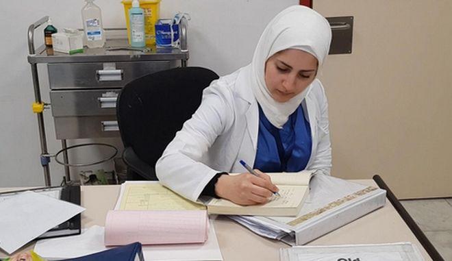 """""""Τίποτα δεν θα με εμποδίσει να συνεχίσω να ονειρεύομαι"""": Φαρμακοποιός, φοιτήτρια και έγκυος εν μέσω πανδημίας"""