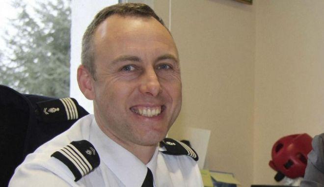 Υπέκυψε στα τραύματά του ο αστυνομικός ήρωας που πήρε τη θέση των ομήρων στη Γαλλία