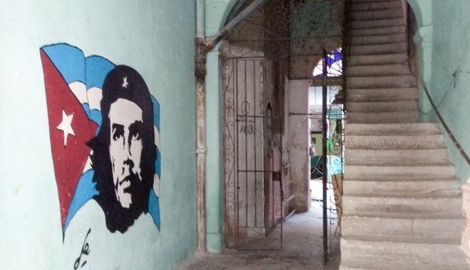 Γκράφιτι με τον Τσε στην είσοδο ενός σπιτιού στην παλιά Αβάνα