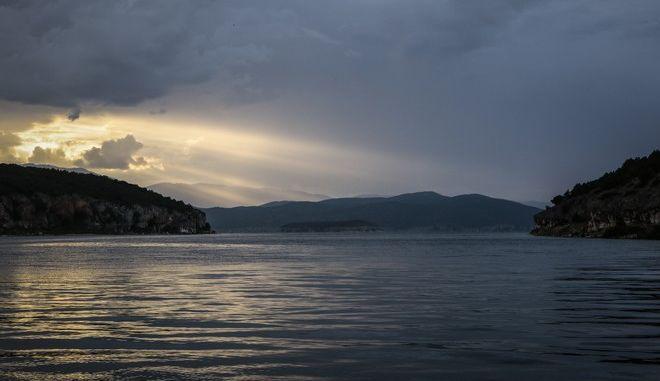 Ο ήλιος δύει πάνω από την λίμνη της Μεγάλης Πρέσπας