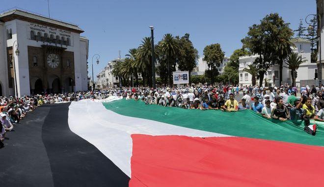 Διαδηλωτές στο Μαρόκο με σημαία της Παλαιστίνης