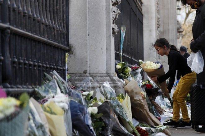 Συγκινημένοι από τον θάνατο του πρίγκιπα Φίλιππου Βρετανοί και ξένοι κάτοικοι του Ηνωμένου Βασιλείου, αφήνουν λουλούδια και σημειώματα συμπαράστασης κοντά στο κάστρο του Γουίνδσορ και τα ανάκτορα του Μπάκιγχαμ, στο Λονδίνο.