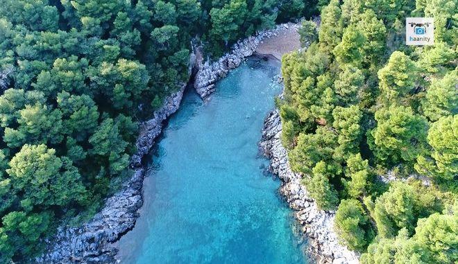 """Τα άγνωστα """"Σεϊτάν Λιμάνια"""" της Εύβοιας: Ανακαλύψτε τον παράδεισο δύο ώρες από την Αθήνα"""