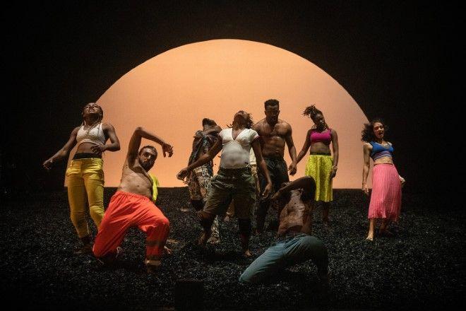 Για τον χορογράφο Σερζ Αιμέ Κουλιμπαλύ, η πανανθρώπινη γλώσσα του Xορού προσεγγίζει σύνθετα ζητήματα, κλονίζοντας τις βεβαιότητές μας.
