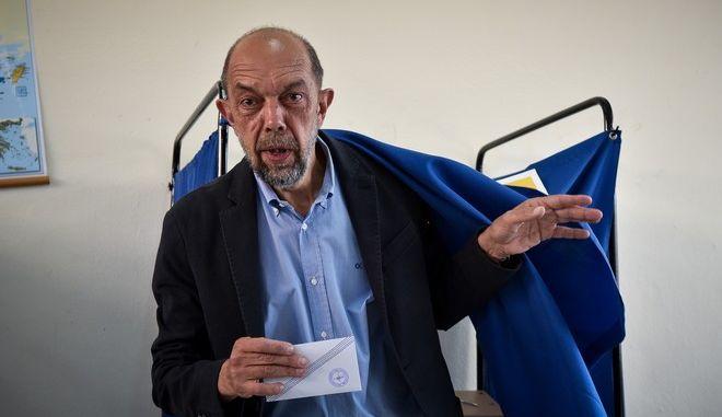 Στο 9ο εκλογικό κέντρο Πειραιά άσκησε το εκλογικό του δικαίωμα ο υποψήφιος δήμαρχος Πειραιά Νίκος Μπελαβίλας