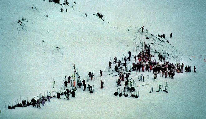 Διασώστες ψάχνουν σε περιοχή μετά από χιονοστιβάδα (φωτό αρχείου)