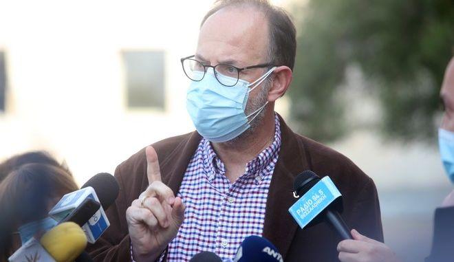"""Θεσσαλονίκη: """"Σφαγή"""" για τους εμβολιασμούς εκτός σειράς - """"Γι' αυτό τα δώσαμε σε δικούς μας"""""""