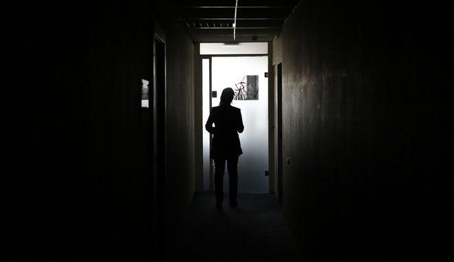 """Διακοπή ρεύματος στο Κέντρο Ελέγχου Φορολογουμένων Μεγάλου Πλούτου στο Μαρούσι την τετάρτη 22 Απριλίου 2105. Η εντολή για διακοπή στην ηλεκτροδότηση εκδόθηκε από τη ΔΕΗ λόγω οφειλών από εταιρίες που στεγάζονται στο ίδιο κτίριο με την εφορία, υπό ένα κοινό """"ρολόι"""".  Στο Κέντρο Ελέγχου Φορολογουμένων Μεγάλου Πλούτου υπάρχει γεννήτρια, αλλά τροφοδοτεί μόνο τα φώτα και τις πρίζες ασφαλείας στο κτίριο. Σε κάθε περίπτωση, λόγω της πολύωρης διακοπής ρεύματος, κανένας ηλεκτρονικός υπολογιστής ή server δεν λειτουργεί στο κτίριο. (EUROKINISSI/ΣΤΕΛΙΟΣ ΜΙΣΙΝΑΣ)"""