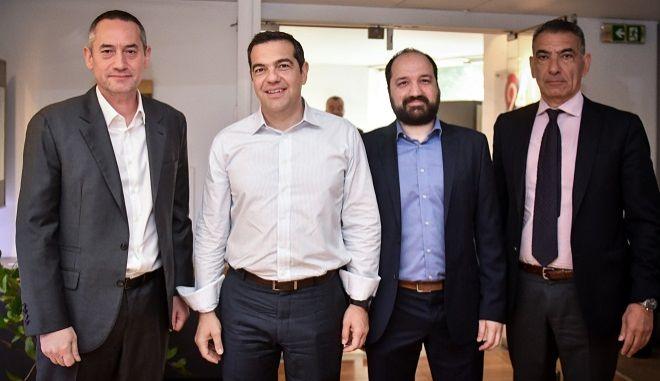Ο πρωθυπουργός και Πρόεδρος του ΣΥΡΙΖΑ Αλέξης Τσίπρας και (από αριστερά προς τα δεξιά) ο ιδιοκτήτης και πρόεδρος της 24MEDIA Δημήτρης Μάρης, ο Διευθυντής Ειδήσεων & Ενημέρωσης Μάνος Χωριανόπουλος και ο CEO της 24MEDIA Νικόλας Πεφάνης.