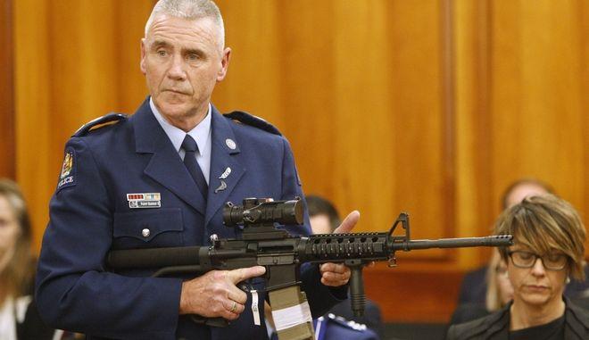 Ο αστυνομικός Sr. Sgt. Paddy Hannan παρουσιάζει ενώπιον του δικαστηρίου ένα όπλο όμοιο με εκείνο του μακελάρη στα τεμένη.
