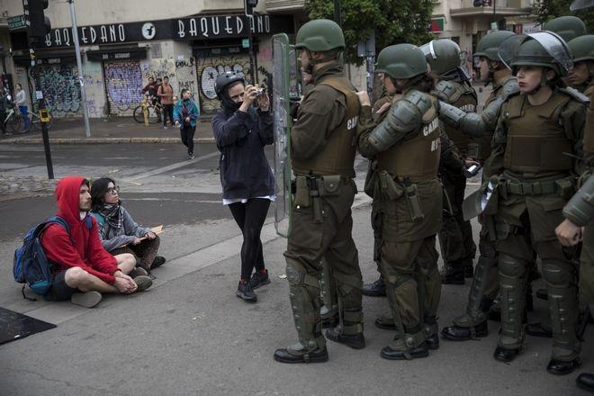 Διαδηλωτές μπροστά από αστυνομία της Χιλής