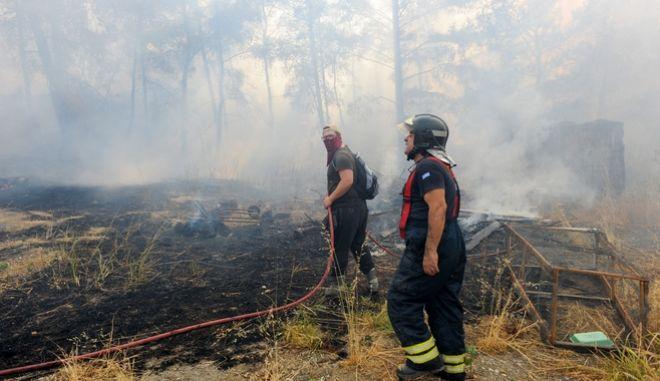 Πυροσβέστες επιχειρούν την Δευτέρα 2 Αυγούστου στην Ρόδο