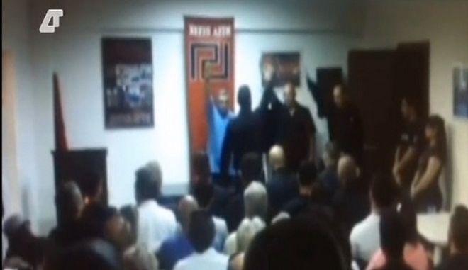 Βίντεο-ντοκουμέντο: Ο Μιχαλολιάκος χαιρετά ναζιστικά σε ορκωμοσία μελών της ΧΑ