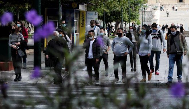 Πολίτες με μασκα στην Αθήνα εν καιρώ πανδημίας