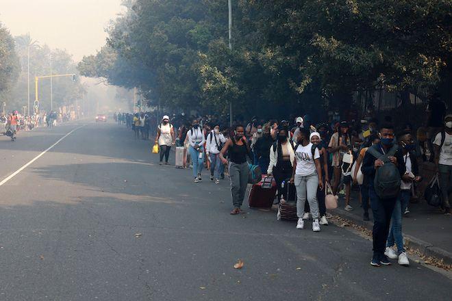 Φοιτητές εκκενώνουν το Cape Town University, λόγω πυρκαγιάς 18 Απριλίου 2021