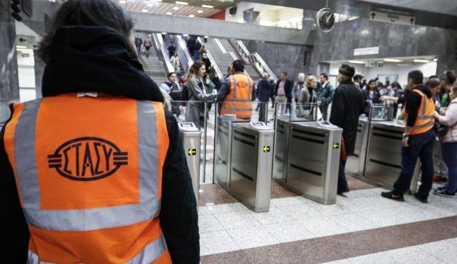 Έκλεισαν οι μπάρες στο μετρό Συντάγματος