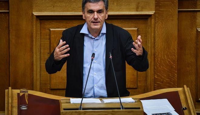 Ο Υπουργός Οικονομικών Ευκλείδης Τσακαλώτος στην προ ημερησίας διατάξεως συζήτηση για την οικονομία, τις αποφάσεις του Eurogroup και τις δεσμεύσεις που ανέλαβε η κυβέρνηση, την Πέμπτη 5 Ιουλίου 2018. (EUROKINISSI/ΤΑΤΙΑΝΑ ΜΠΟΛΑΡΗ)