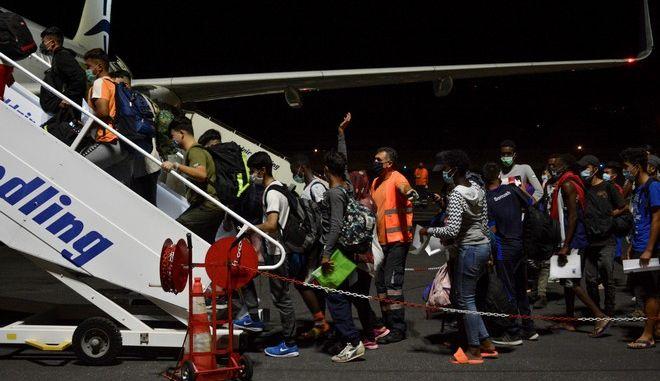 Αναχώρηση απο το αεροδρόμιο της Μυτιλήνης προσφύγων και μεταναστών με πτήση της Aegean με προορισμό την ηπειρωτική Ελλάδα, μετά την πυρκαγιά που προκλήθηκε στο ΚΥΤ της Μόριας