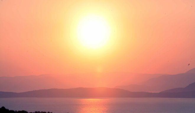 Μαγευτικό ηλιοβασίλεμα στο απέραντο γαλάζιο