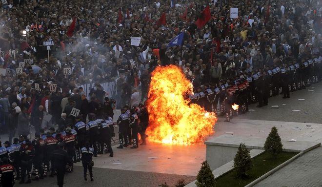 Βόμβα μολότοφ κατά των αστυνομικών στα Τίρανα