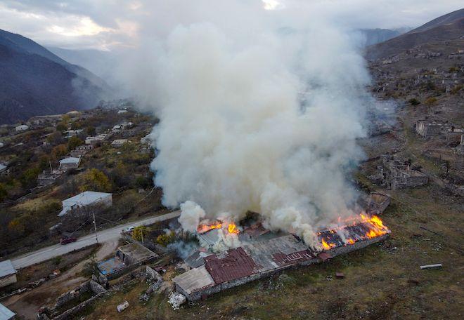 Ο καπνός αναδύεται από ένα φλεγόμενο σπίτι σε μια περιοχή που κάποτε κατέλαβαν οι Αρμενικές δυνάμεις, αλλά σύντομα θα παραδοθεί στο Αζερμπαϊτζάν, στο Karvachar, την αυτονομιστική περιοχή του Ναγκόρνο-Καραμπάχ, την Παρασκευή 13 Νοεμβρίου 2020.
