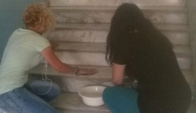 Μαμάδες ανέλαβαν χρέη καθαρίστριας σε σχολείο της Λάρισας