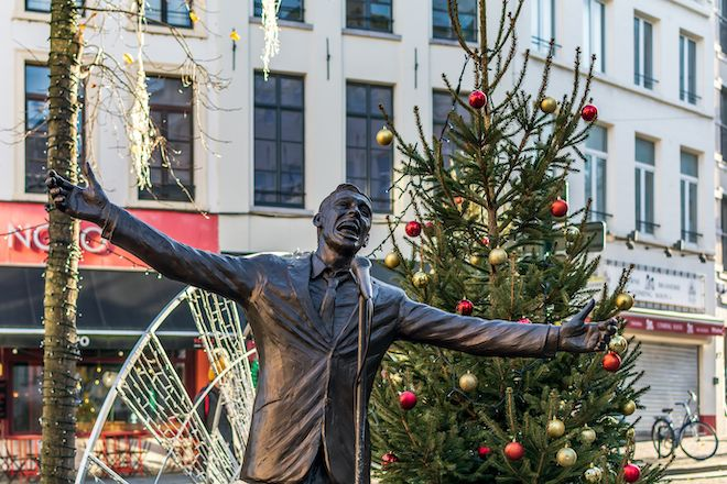Άγαλμα του Ζακ Μπρελ σε κεντρική πλατεία των Βρυξελλών