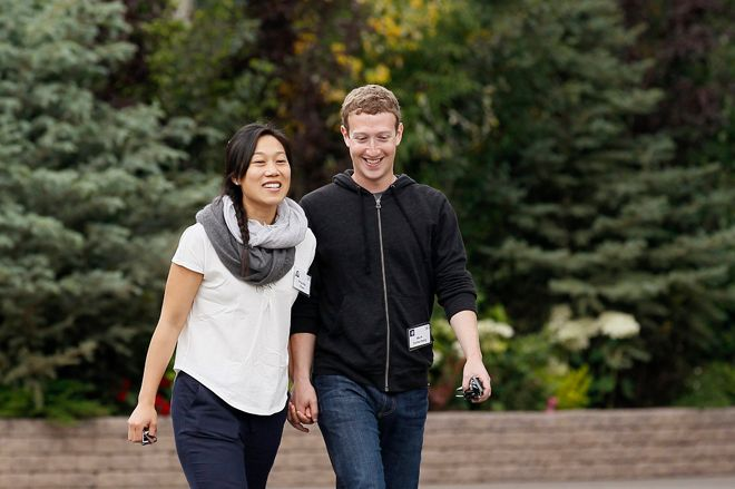Facebook CEO Mark Zuckerberg walks with his wife Priscilla Chan at the annual Allen and Co. conference at the Sun Valley, Idaho Resort July 11, 2013.  REUTERS/Rick Wilking (UNITED STATES - Tags: BUSINESS) - RTX11KC0