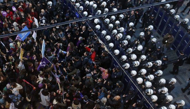 Αστυνομικοί και διαδηλωτές στην Κωνσταντινούπολη