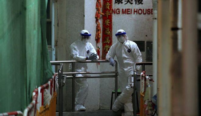 Προσωπικό φοράει προστατευτικά κοστούμια  στο Χονγκ Κονγκ, την Τρίτη 11 Φεβρουαρίου 2020