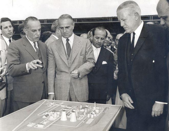 Ο Κωνσταντίνος Καραμανλής κατά τη θεμελίωση των αζωτούχων λιπασμάτων στην Πτολεμαϊδα, Απρίλιος 1960