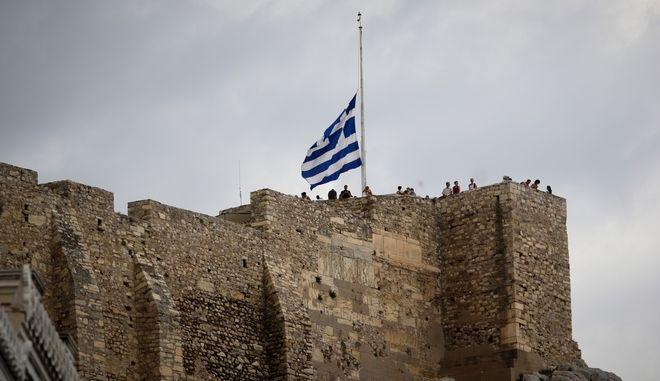 Μεσίστια κυματίζει η σημαία στον βράχο της Ακρόπολης, έπειτα από την κήρυξη τριήμερου πένθους για τα θύματα της φωτιάς στην Αττική