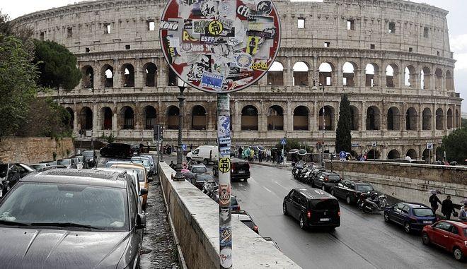 Δρόμοι μπροστά από το Κολοσσαίο στη Ρώμη