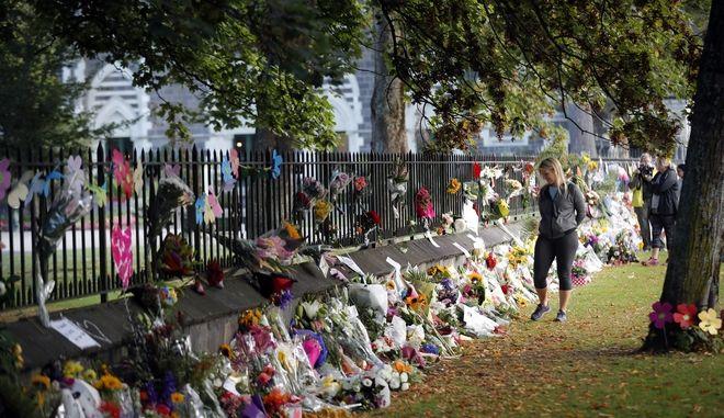 Το σημείο της επίθεσης γέμισε με λουλούδια προς τιμήν των νεκρών