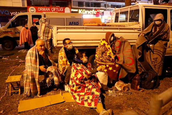 Ντόπιοι έμειναν έξω την νύχτα, όσο τα σωστικά συνεργεία συνέχιζαν τις προσπάθειες εντοπισμού των αγνοούμενων κάτω από τα συντρίμμια, Σμύρνη 30 Οκτωβρίου 2020.