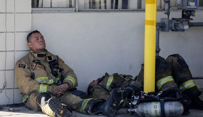 Πυροσβέστες ξεκουράζονται μετά από μάχη με τις φλόγες στην Καλιφόρνια