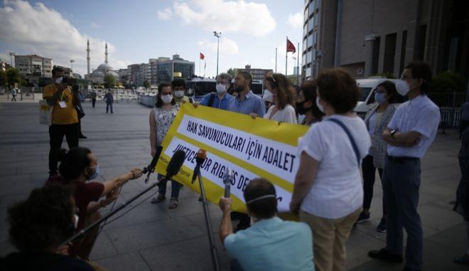 Η Τουρκία καταδίκασε τέσσερις υπερασπιστές ανθρώπινων δικαιωμάτων