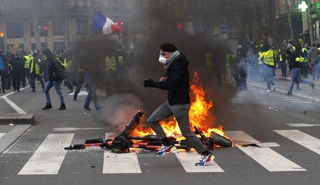 Στιγμιότυπο από το 12ο Σαββατοκύριακο κινητοποιήσεων των κίτρινων γιλέκων στο Παρίσι