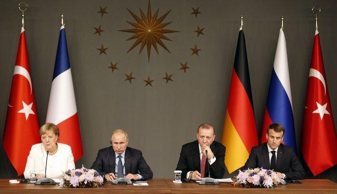 Οι Άνγκελα Μέρκελ, Βλαντίμιρ Πούτιν, Ρετζέπ Ταγίπ Ερντογάν και Εμανουέλ Μακρόν σε συνάντηση στην Κωνσταντινούπολη τον Οκτώβριο του 2018