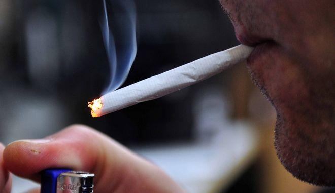 Κάπνισμα τσιγάρου - φωτογραφία αρχείου