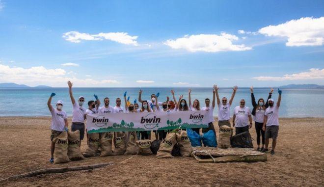 H ομάδα της bwin καθάρισε το πευκοδάσος του Σχινιά!