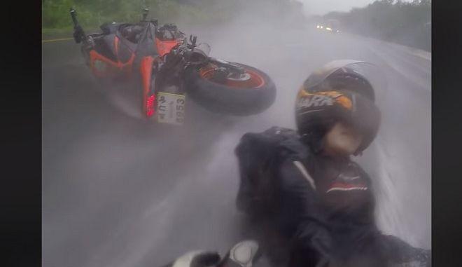 Βίντεο: Απίστευτη πτώση από μηχανή - Έβαλε το σώμα του να σώσει την κοπέλα του